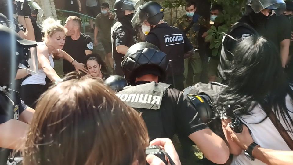 На Банковой произошли столкновения между полицией и противниками ЛГБТ-рейва: фото, видео