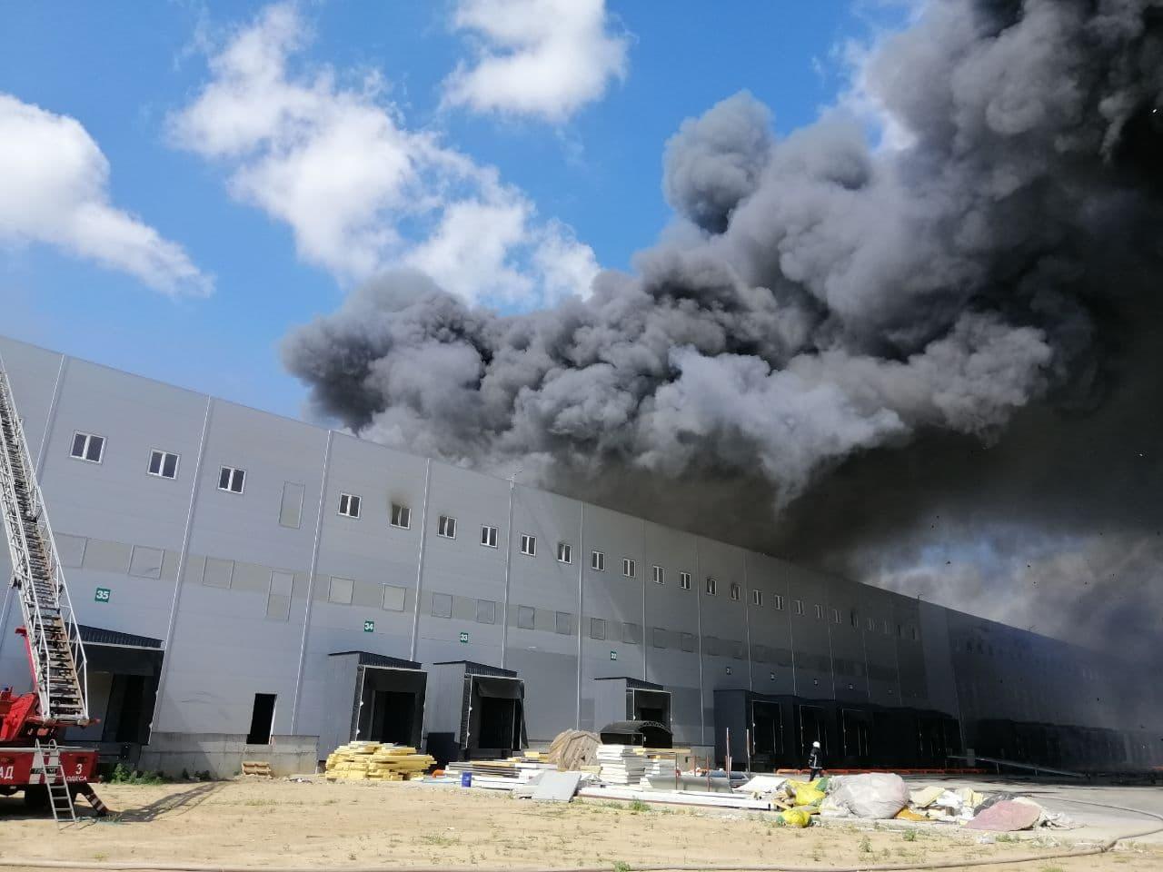 Под Одессой произошел масштабный пожар на складах. Огонь охватил 10 000 кв. м: фото, видео