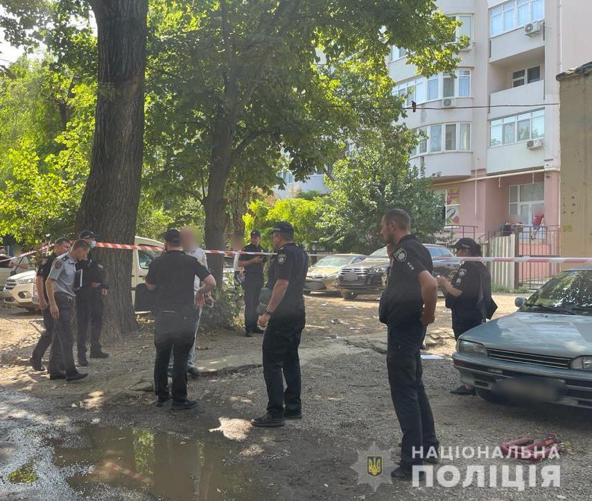 """В Одессе во дворе жилого дома застрелили человека, полиция проводит операцию """"Сирена"""""""