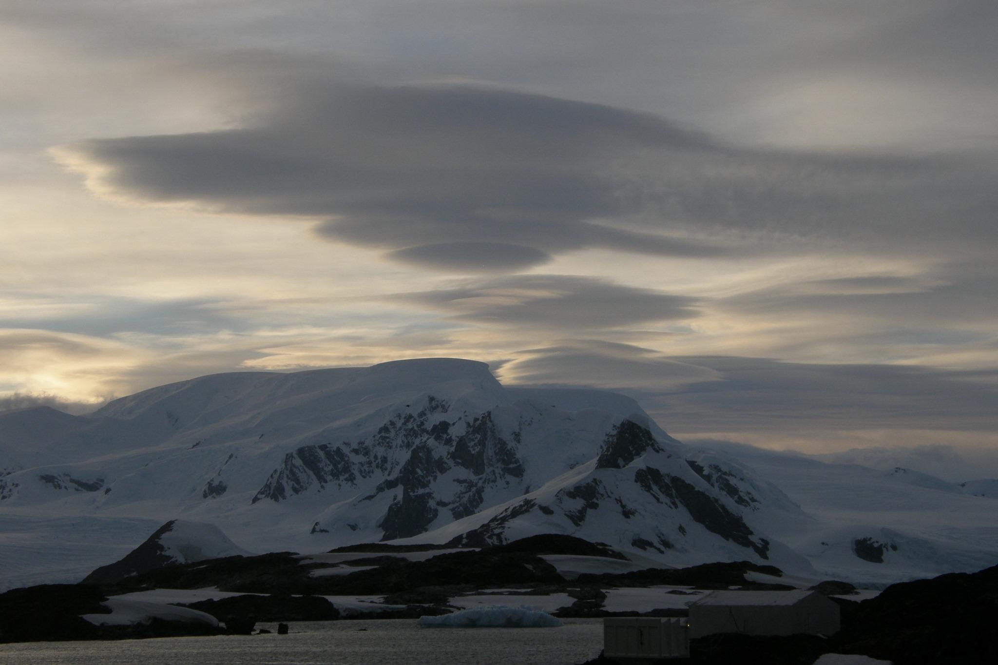 """Украинцы сняли над Антарктикой """"облака-НЛО"""": они """"предсказывают"""" непогоду – фото"""