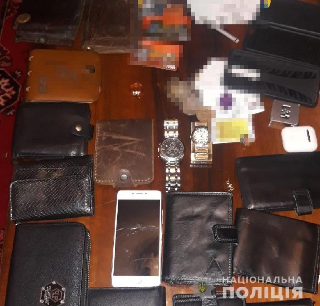 Подливали мощный препарат. В Киеве задержали ОПГ, которая нападала на людей в клубах – МВД