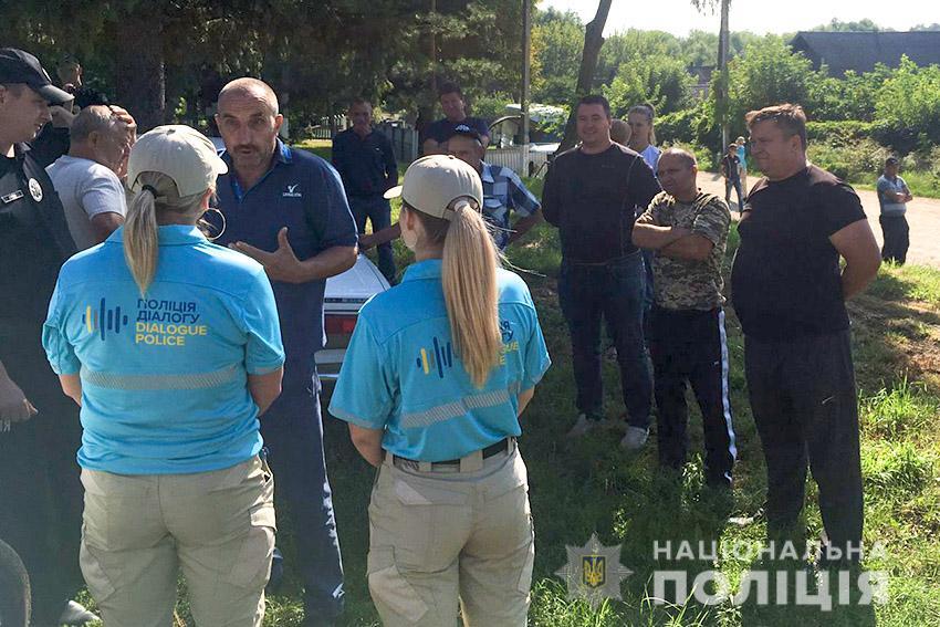 Жители села в Хмельницкой области хотели повалить вышку мобильной связи: фото