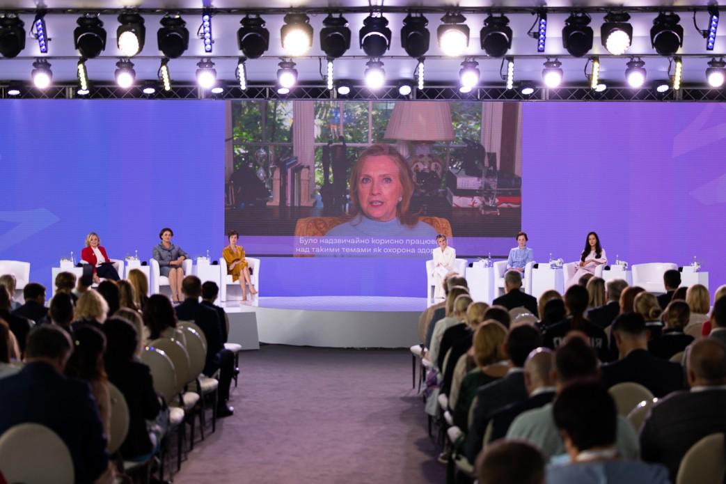В Киеве прошел саммит первых леди и джентльменов. Хиллари Клинтон присоединилась онлайн