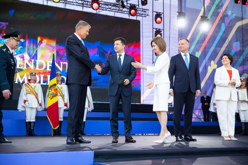 Зеленский в последние минуты успел на парад в Молдове – видео, фото