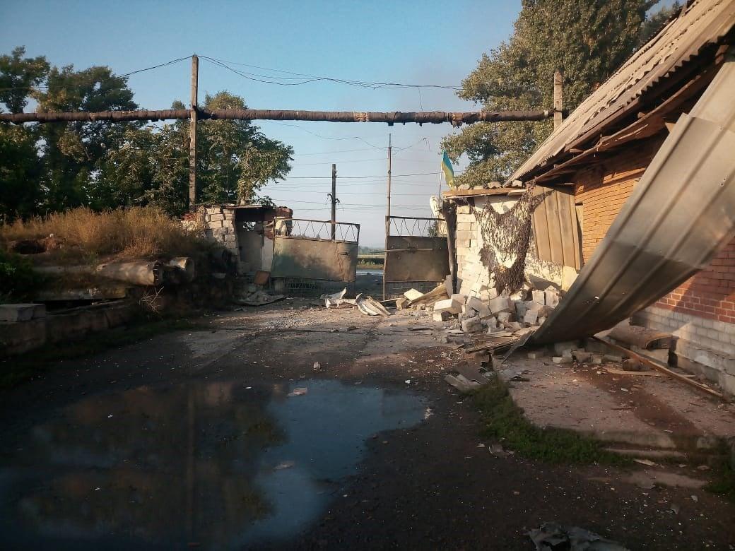 Оккупанты обстреляли Авдеевку: ранен военный, ограничено движение поездов – фото, видео
