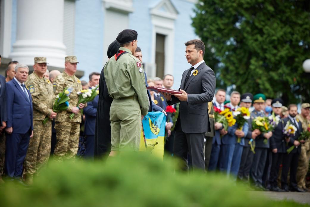 Зеленский посмертно удостоил звания Герой Украины добровольцев Правого сектора и Айдара
