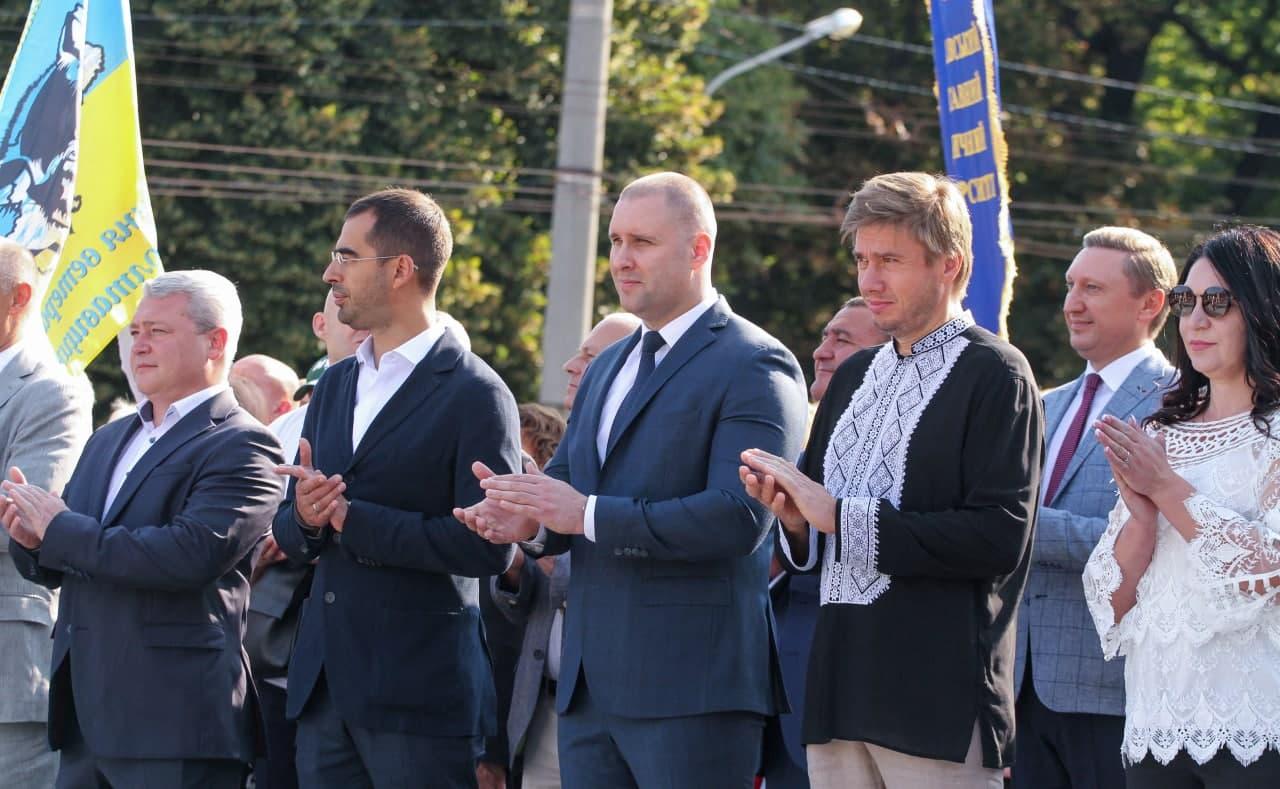 Александр Трухин (второй слева) на церемонии поднятия государственного флага в Полтаве утром 23 августа (фото – пресс-служба Полтавской ОГА)