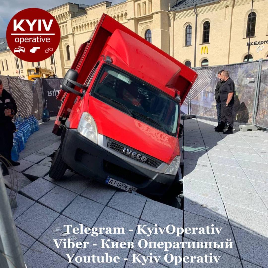 В Киеве грузовик провалился в фонтан на Арсенальной. Его только вчера открыли: фото, видео