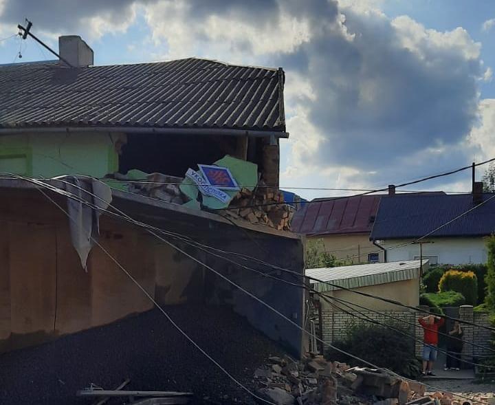 Во Львовской области грузовик въехал в магазин, погибли четыре человека: фото, видео