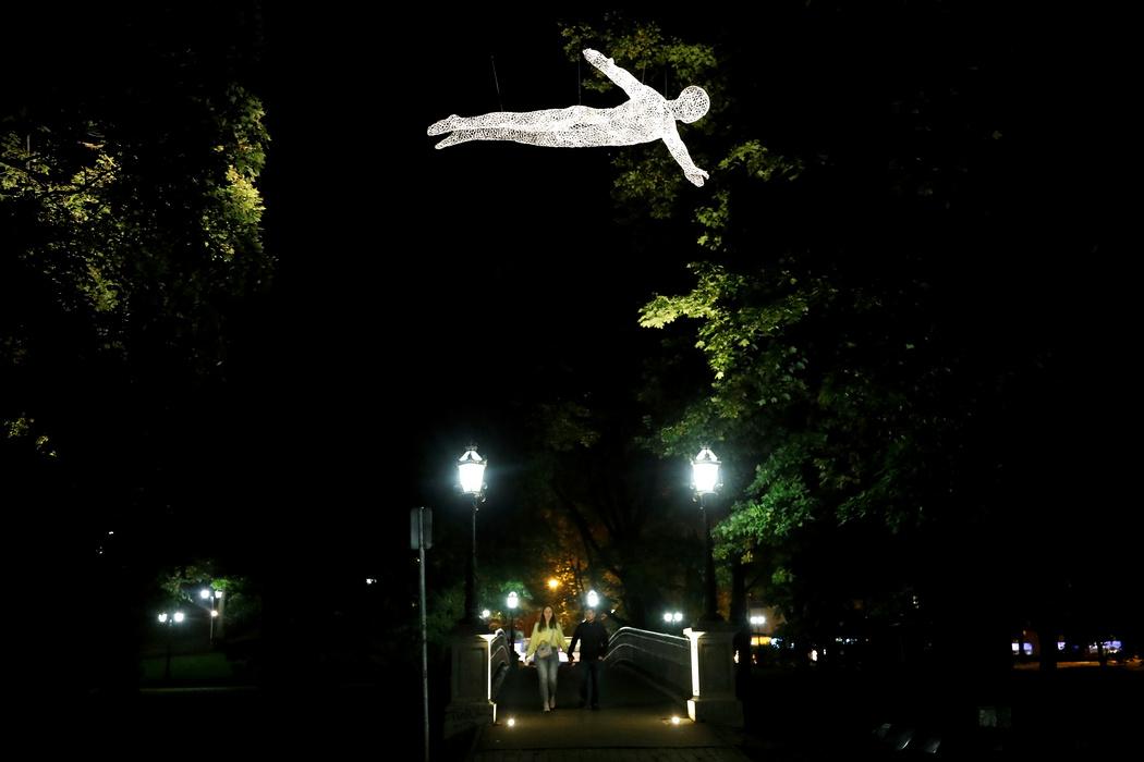 В темноте инсталляция создает иллюзию настоящего парения в воздухе (Фото: Toms Kalnins/EPA)