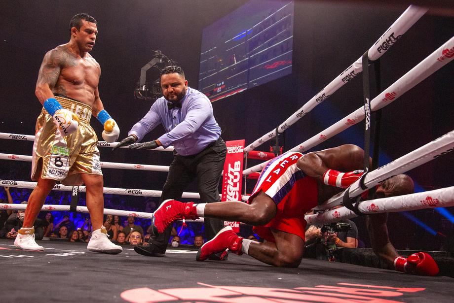 Легендарный Холифилд вернулся на ринг – его нокаутировали в первом раунде: видео, фото