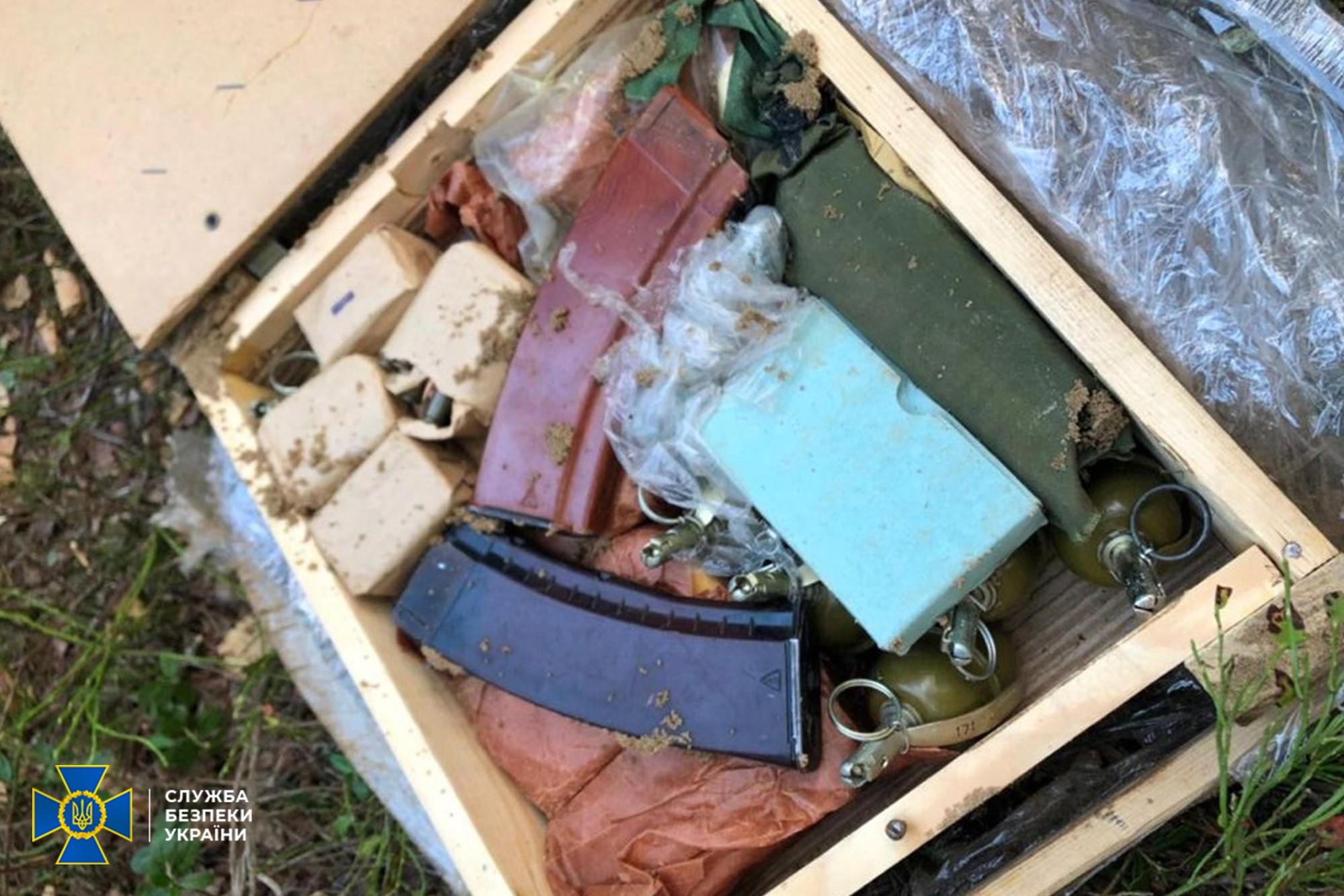 СБУ нашла тайник с боеприпасами и взрывчаткой на границе с Беларусью – фото, видео