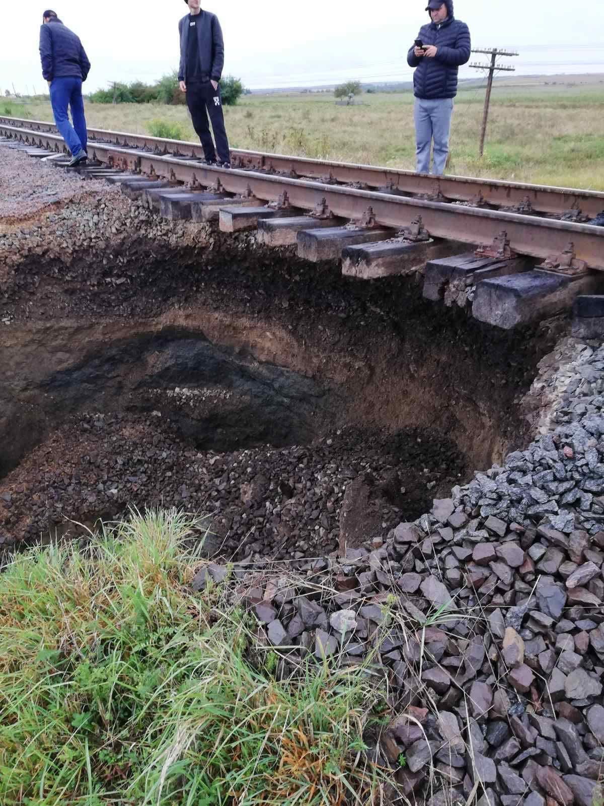 В районе карстовых пещер. Маршрут поезда Черновцы-Киев изменили – провалился грунт: фото