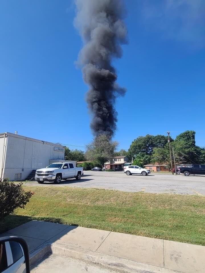 В США военный самолет упал в жилом квартале, никто не погиб – фото, видео