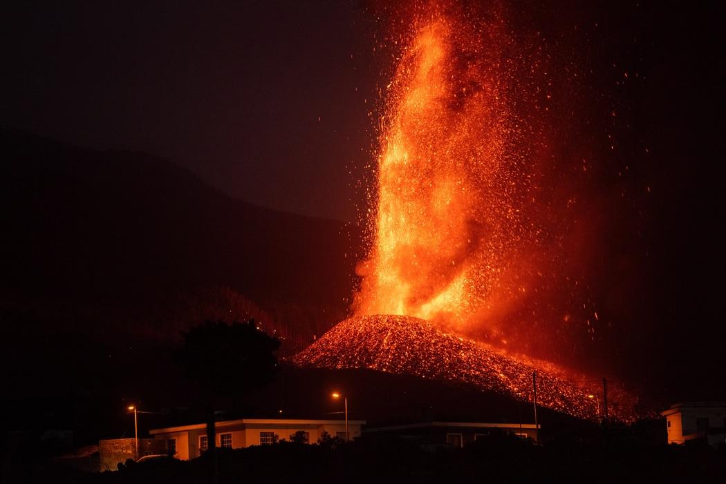Фонтан раскаленной лавы достигает 4 км в высоту (Фото: Carlos de Saa/EPA)