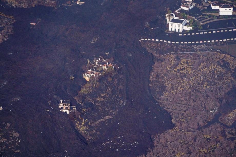 Лава вулкана обходит некоторые дома на Канарах. Один из них назвали чудо-домом – фото