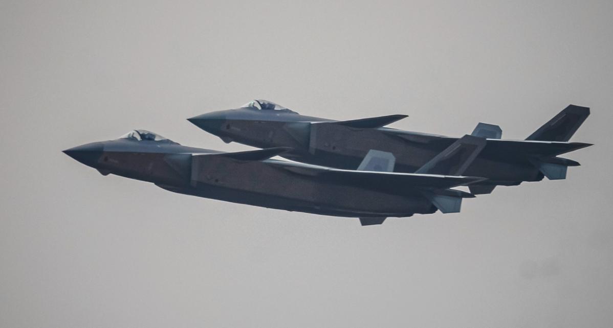 Истребитель J-20 на авиашоу в Китае (Фото:Alex Plavevski/EPA)