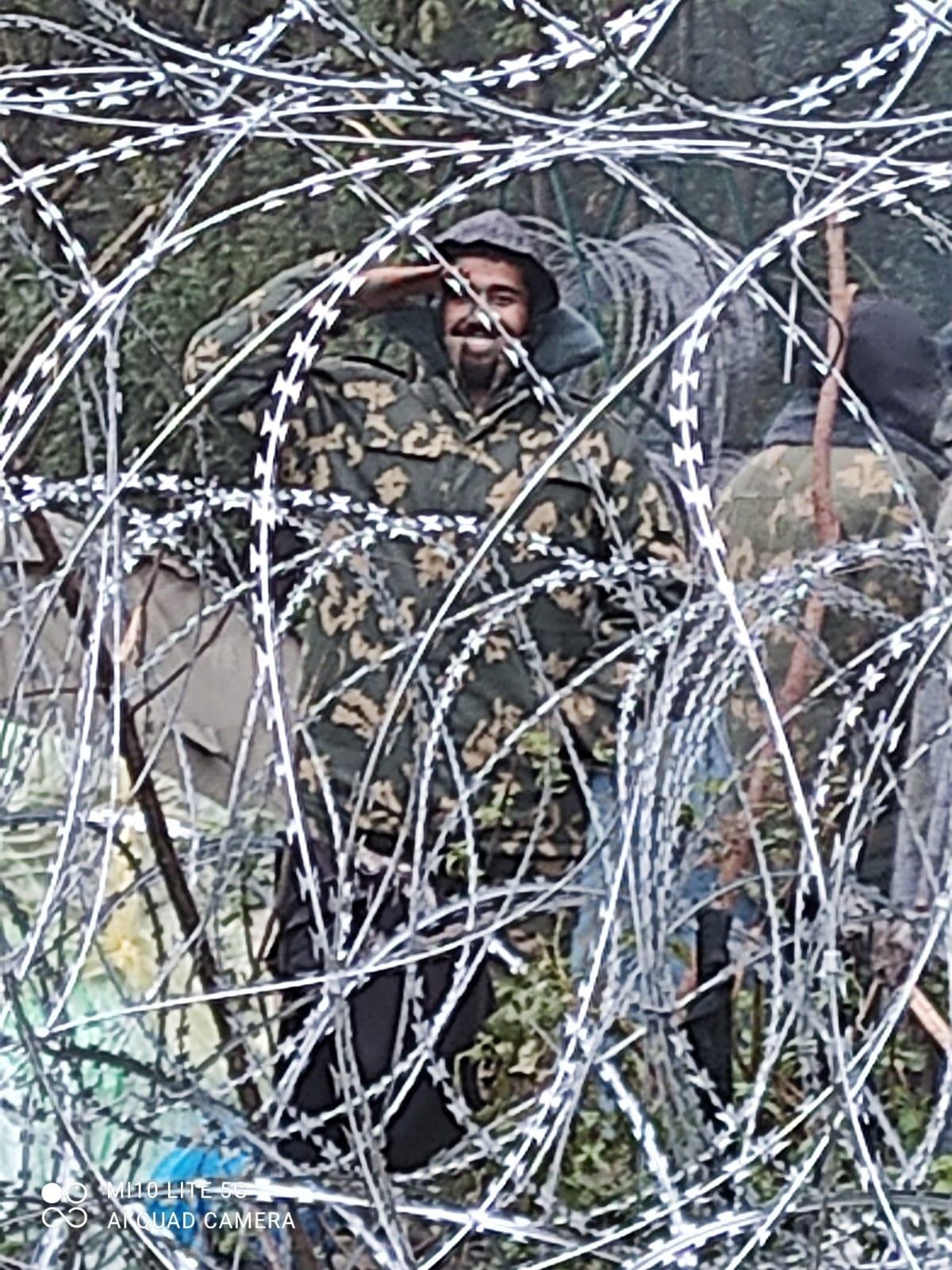 Беларусь раздает мигрантам военную форму. Пограничники Польши ждут провокаций: фото
