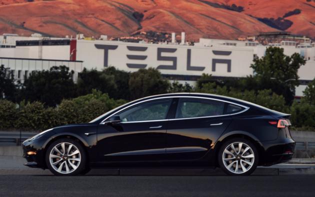 Выпущен первый электрокар Tesla Model 3: фото