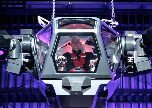 Глава Amazon испытал огромного человекоподобного робота: фото