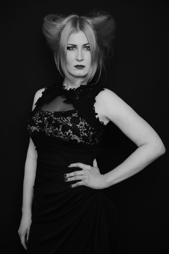 """Британский фотограф презентовал новый фотосет """"Женщина сильнее"""""""