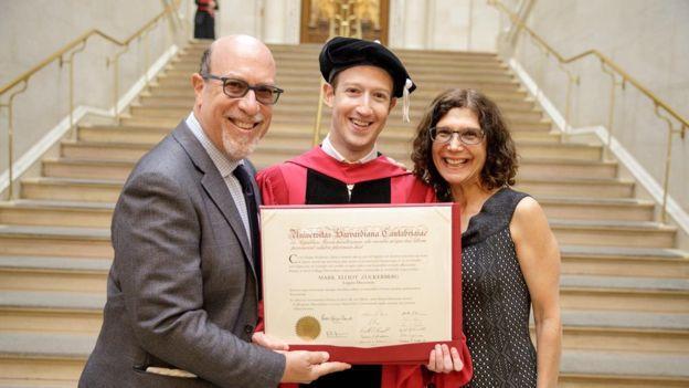 Цукерберг получил диплом Гарварда спустя 12 лет: фото