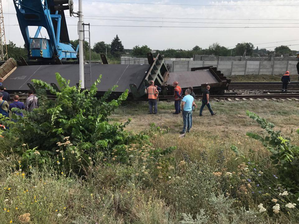 В Днепропетровской области сошли с рельсов грузовые вагоны: видео