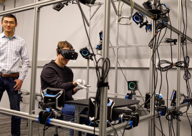Цукерберг протестировал перчатки для виртуальной реальности: фото
