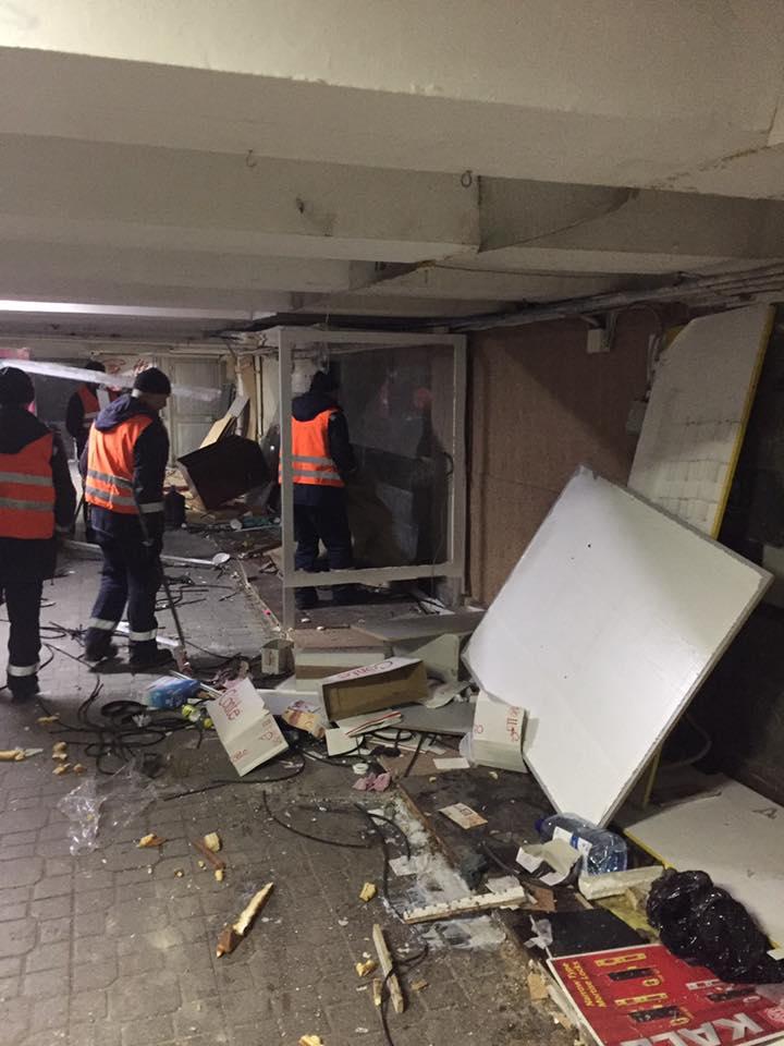 Под Майданом демонтируют МАФы: фото