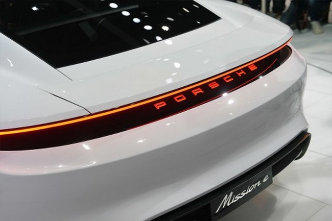Porsche запустит в серию электрокар Mission E: фото