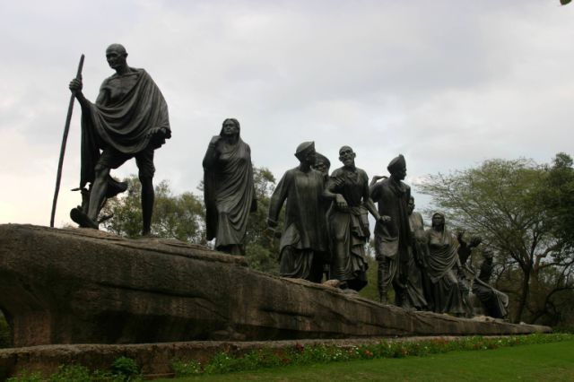 Gandhi statue of the Salt March of 1930 in Delhi.jpg