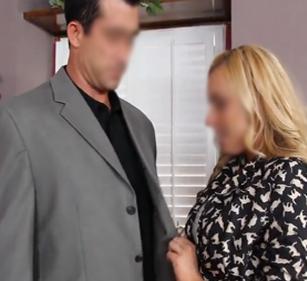 Молодой адвокат трахает на кухне сладкую жену слепого богача
