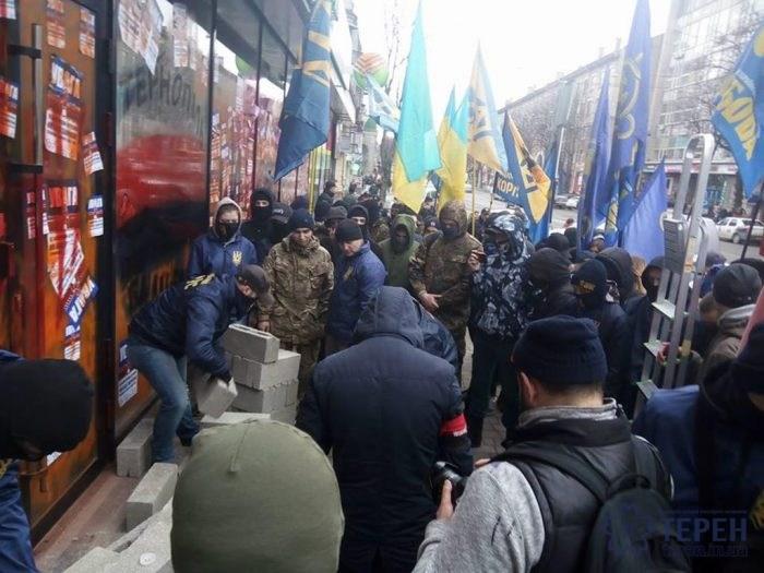 ВТернополе активисты тоже приняли решение «замуровать» русский сберегательный банк