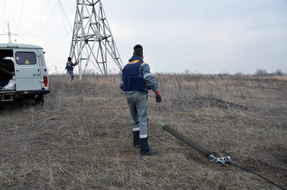 В Авдеевке ремонтники восстановили электроснабжение: фото