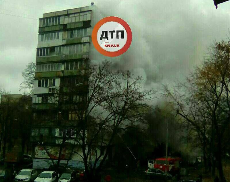 В Киеве горела квартира в многоэтажке, 14 эвакуированных: фото