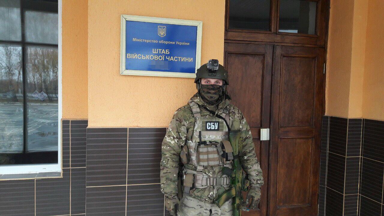 СБУ: Командование воинской части продавало топливо из зоны АТО