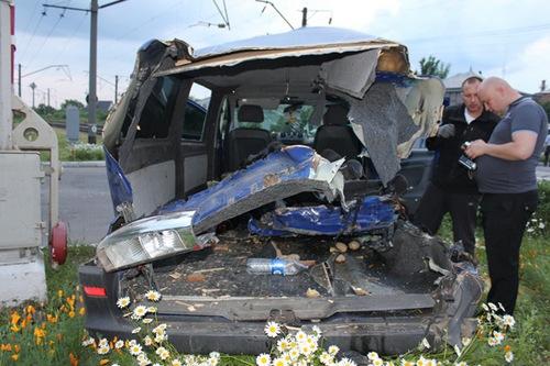 В Киевской области столкнулись поезд и микроавтобус, трое погибли