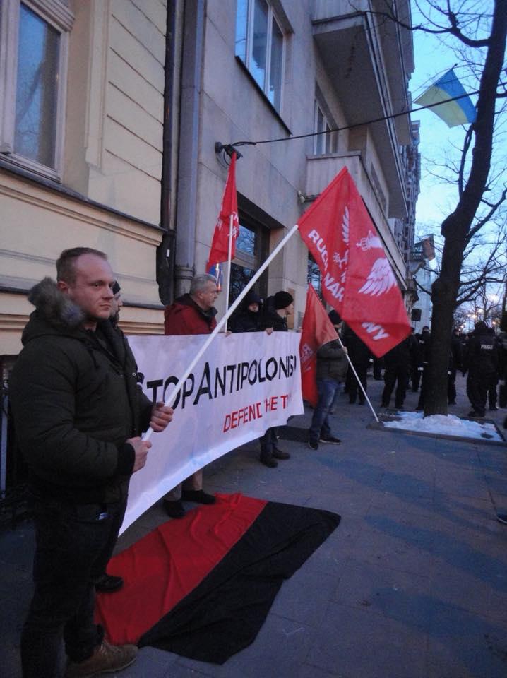 В Варшаве у посольства Украины сожгли портреты Бандеры и Шухевича