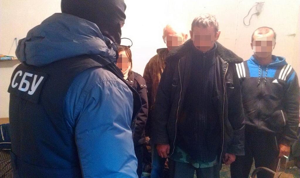 """На Винничине """"фермеры"""" силой принуждали к труду 103 бездомных"""
