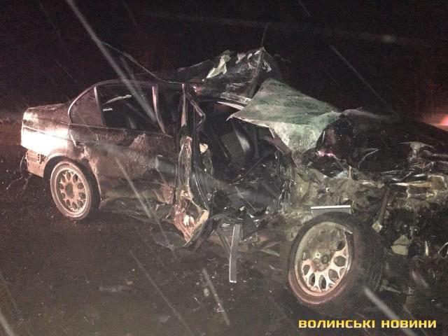 Под Луцком автомобиль врезался в автобуc, погибли люди - фото