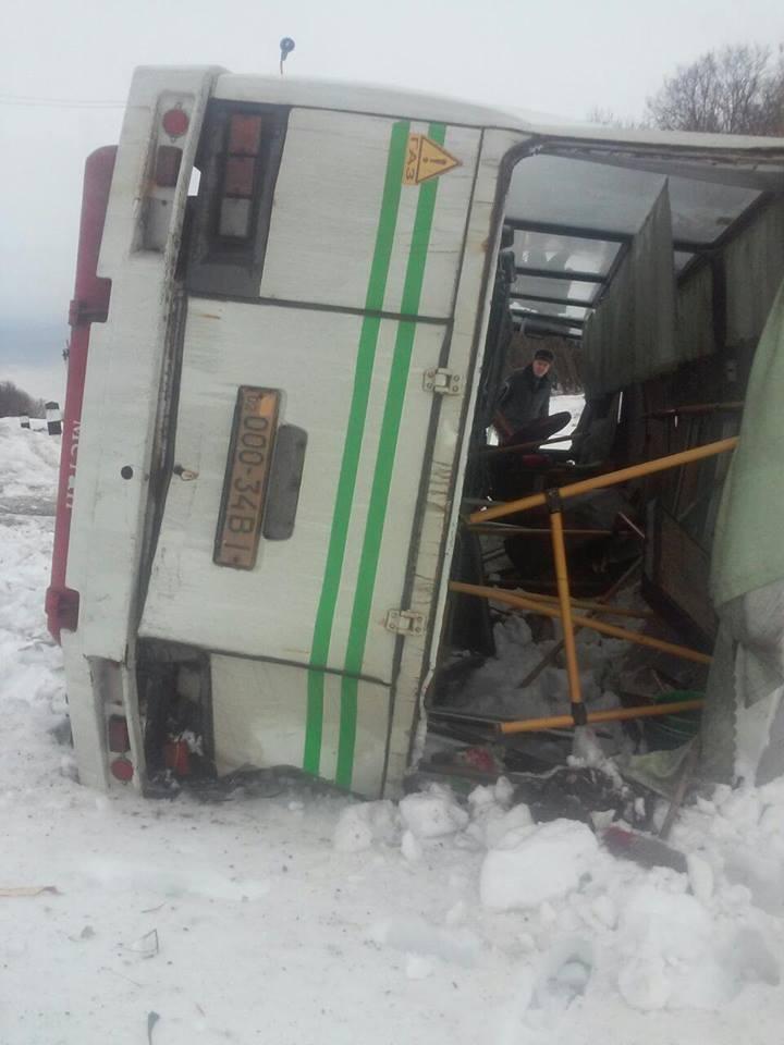 Фото с места аварии в Винницкой области: поезд снёс пассажирский автобус