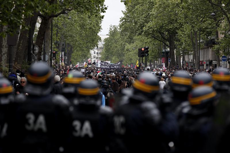 В Париже прошла акция протеста после победы Макрона: фото