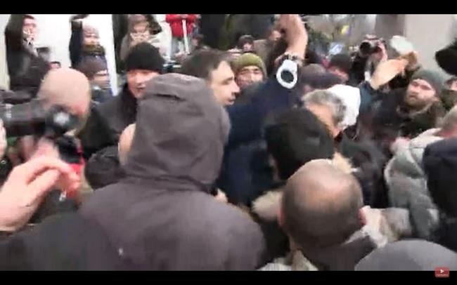 Сторонники Саакашвили вытянули его изавтомобиля силовиков