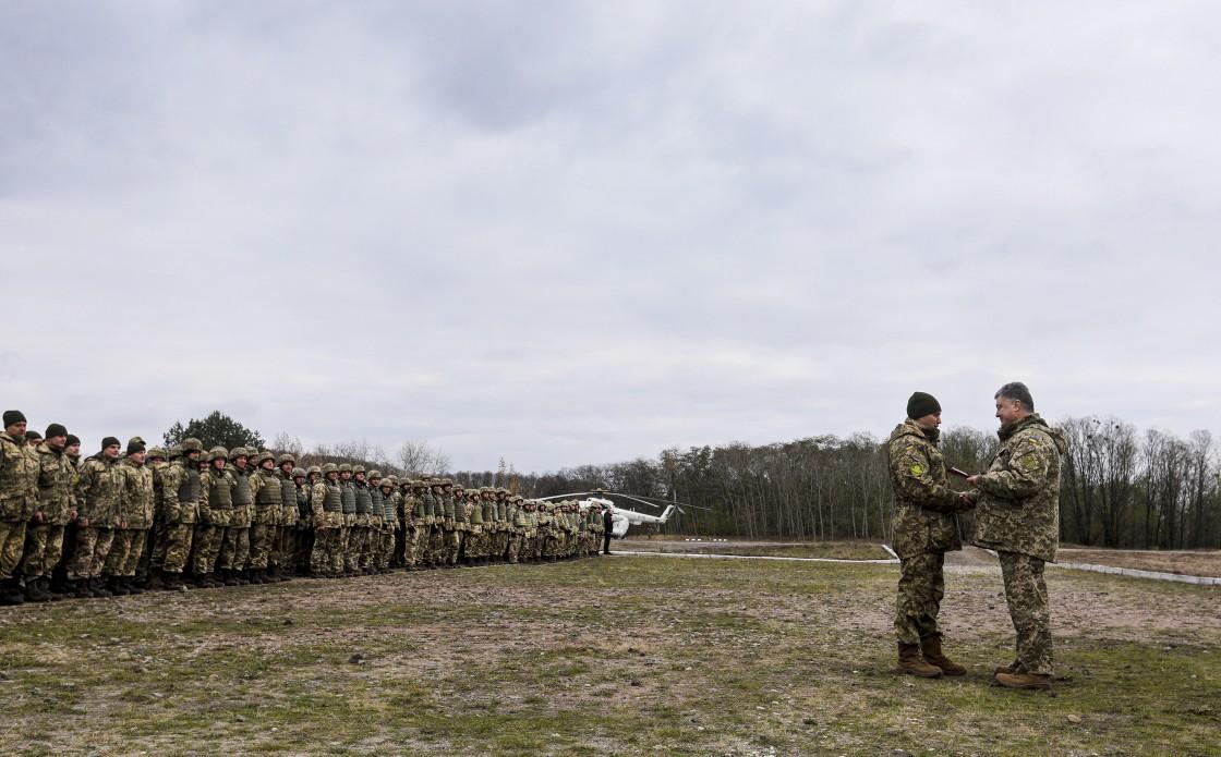 День ракетных войск и артиллерии: Порошенко наградил военных
