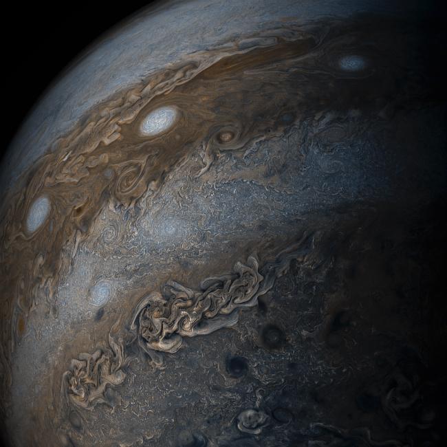 Кадр дня от NASA: бушующие на Юпитере гигантские ураганы