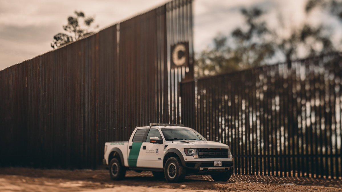Трамп показал фото строительства стены на границе с Мексикой