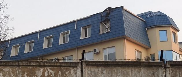 В Луцке обстреляли генконсульство Польши: фото дыры в крыше