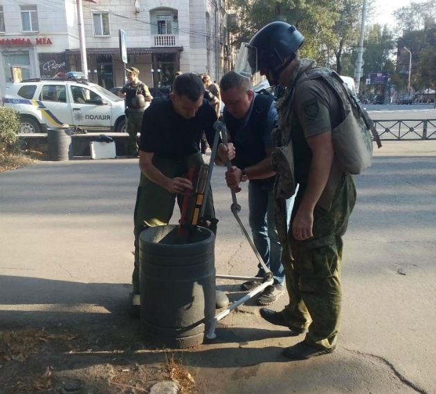 Возле драмтеатра в Мариуполе нашли взрывное устройство: фото