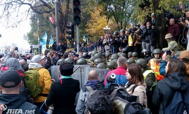 Под Радой началась потасовка между митингующими и полицией: фото