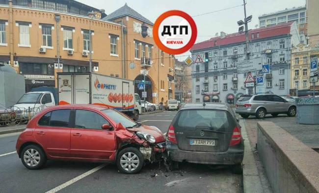 В Киева водитель Nissan протаранил припаркованный Mercedes: фото
